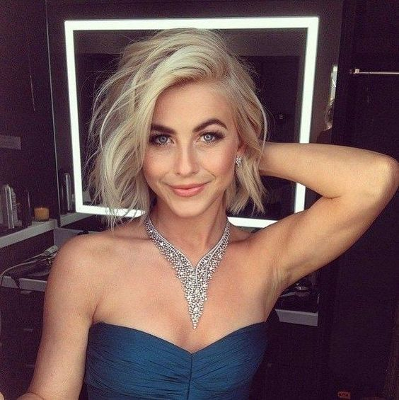 Hairstyles for frizzy hair - Side-parted uneven bob